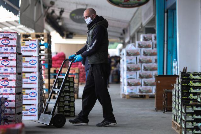 Κεντρική Λαχαναγορά Αθηνών; Central Vegetable Market; εργάτες; workers; mask; μάσκα; καφάσια; crates; αγορά; market; Φορτοεκφορτωτές; Φορτοεκφορτωτής; Cargo unloaders;